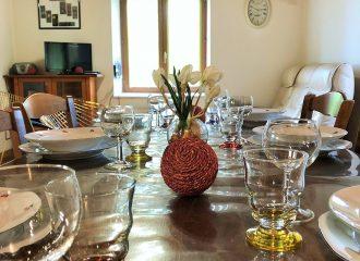 La table de la salle a manger du gite La Fenière des Hautes Chaumes
